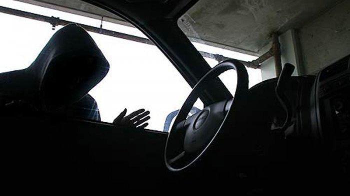 Diduga Panik dan Hilang Kendali, Mobil Toyota Alphard yang Dikemudikan Pencuri Tabrak Papan Reklame